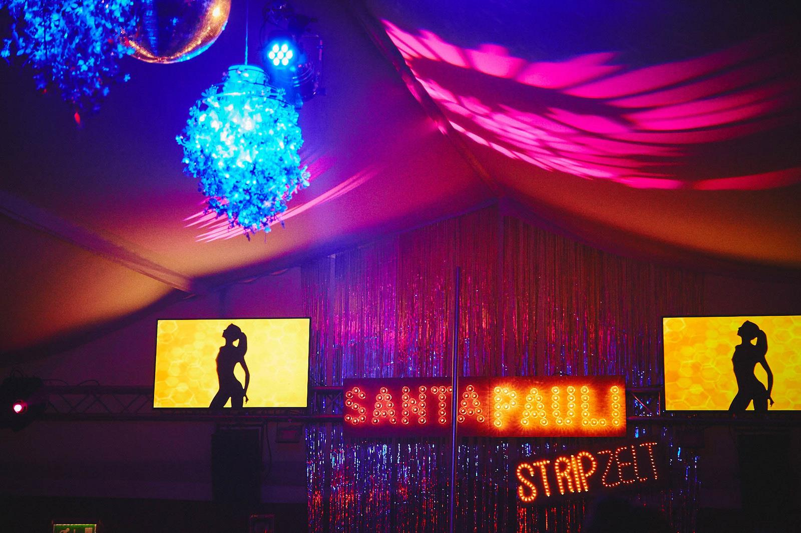 Karaoke ist dir zu langweilig? Dann probier dich an Pornokaraoke im SANTA PAULI Stripzelt!