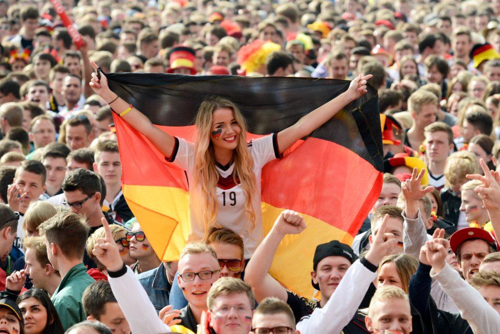 Anpfiff: Das 1. WM-Spiel der deutschen Nationalmannschaft steht an. Ab zum Fan Park. ⚽️