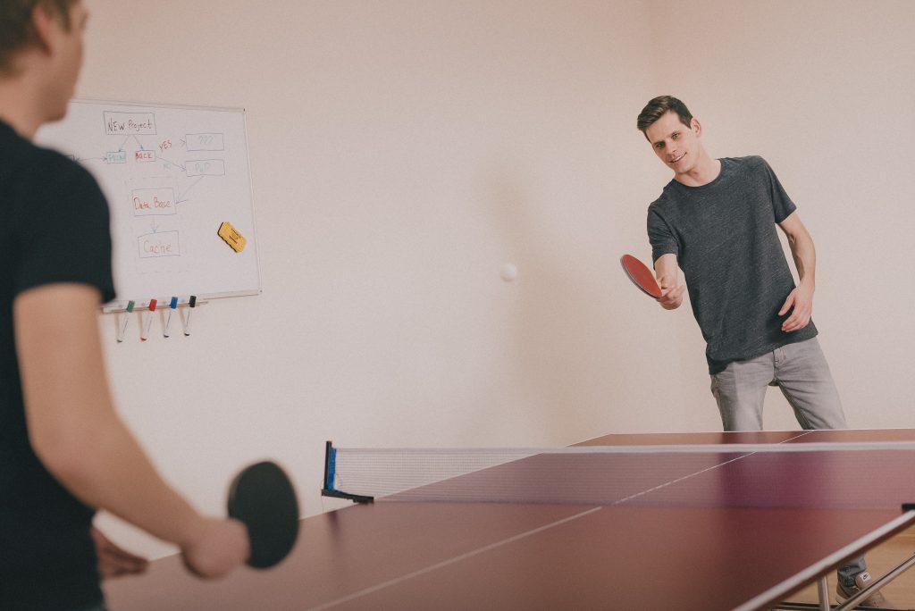 Eine neue Runde Tischtennis steht an! Pack den Schläger ein.