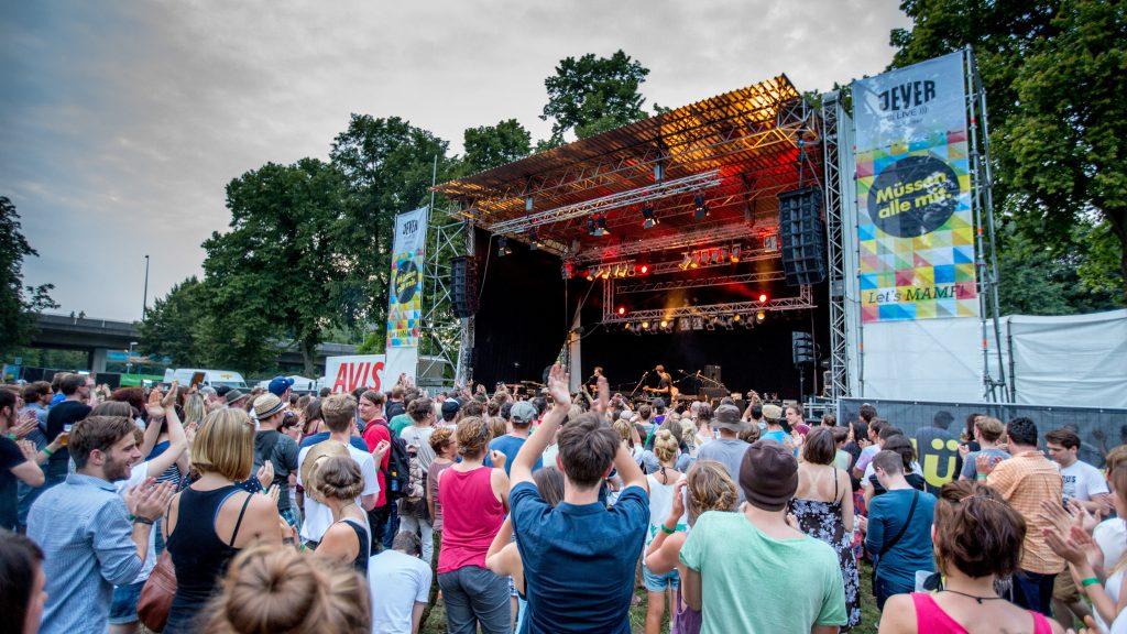 VERLOSUNG 🎉 Wir verlosen 3×2 Tickets für das Müssen Alle Mit Festival!