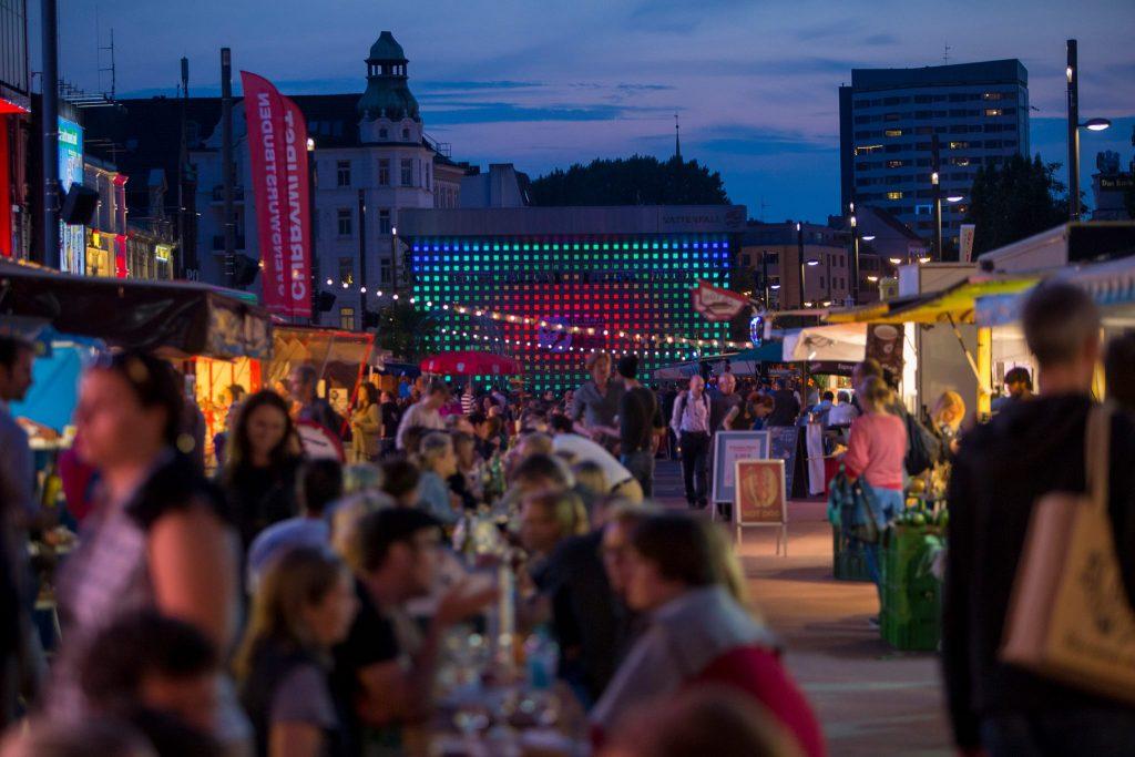 Geh nach Feierabend auf dem St. Pauli Nachtmarkt shoppen & lecker essen!