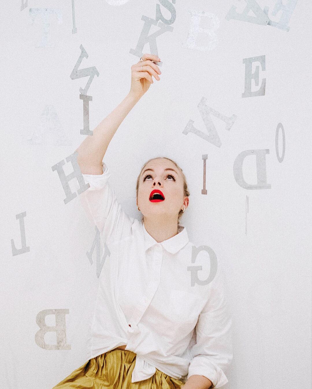"""Julia Engelmann kommt mit ihrem """"Poesiealbum"""" auf die Bühne & singt für dich."""
