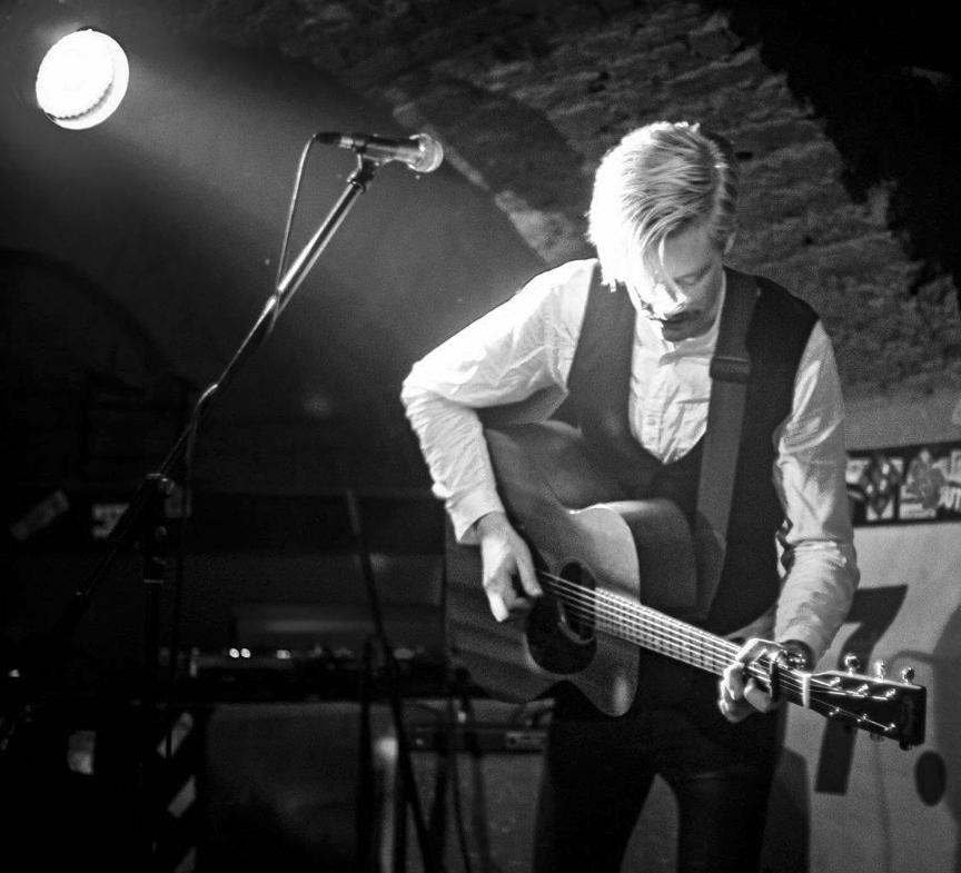 """Georg Zimmermann spielt Folk & Blues und gibt im Anschluss die """"Open Stage"""" frei!"""