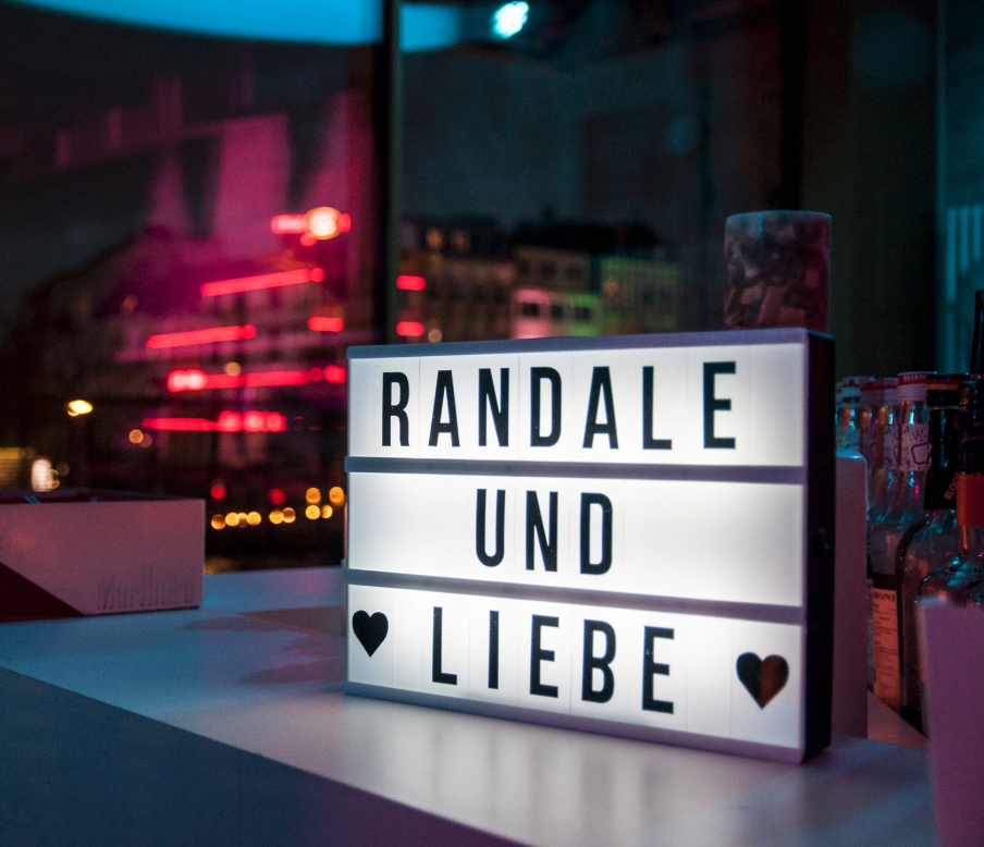 """Randale und Liebe beschenkt dich mit Texten von """"der besten Lesebühne der Welt""""!"""
