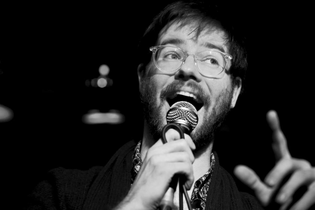 Tim Whelan analysiert den Alltag & macht höchst britische Stand-Up-Comedy daraus!