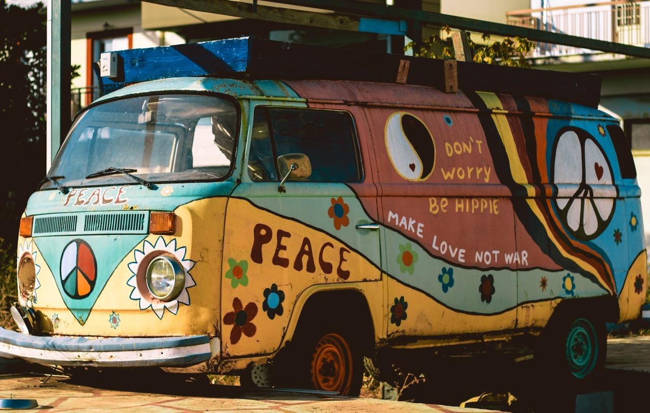Setze deinen Blumenkranz auf und schau dir die Hippies aus den Siebzigerjahren an.