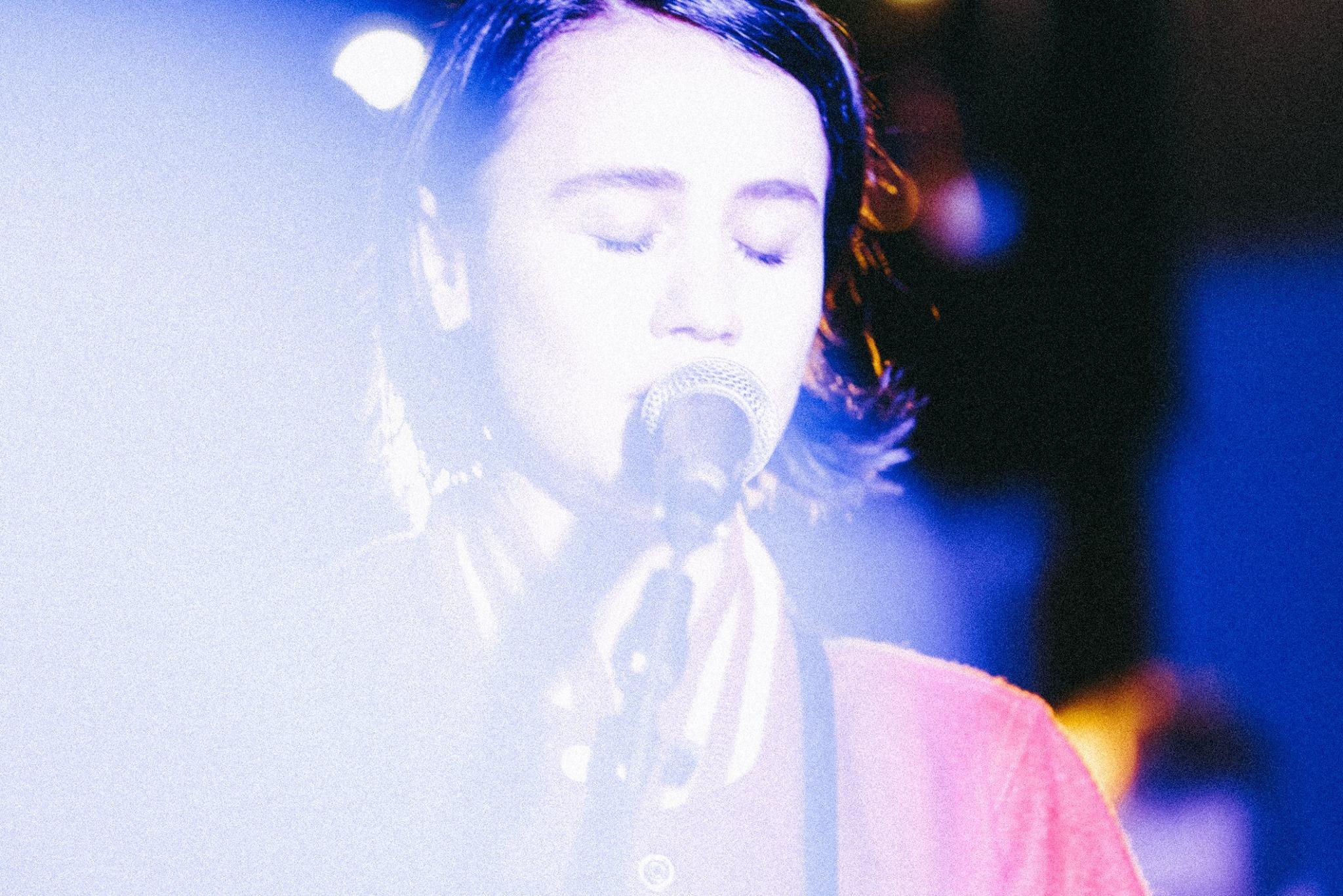Laura Carbone hat hinreißende Rockriffs & Vocals mit auf Tour.