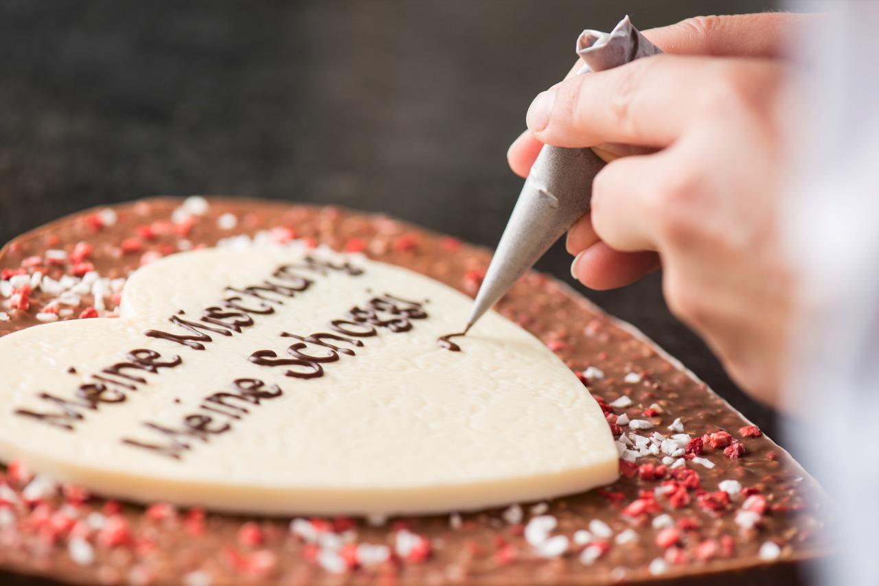 Für den Valentinstag kannst du bei Läderach ein Schoko-❤️ kreieren.