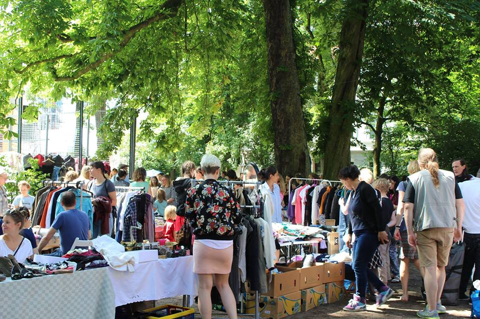Durchforste den Flohmarkt am HausDrei nach Raritäten und Krimskrams.