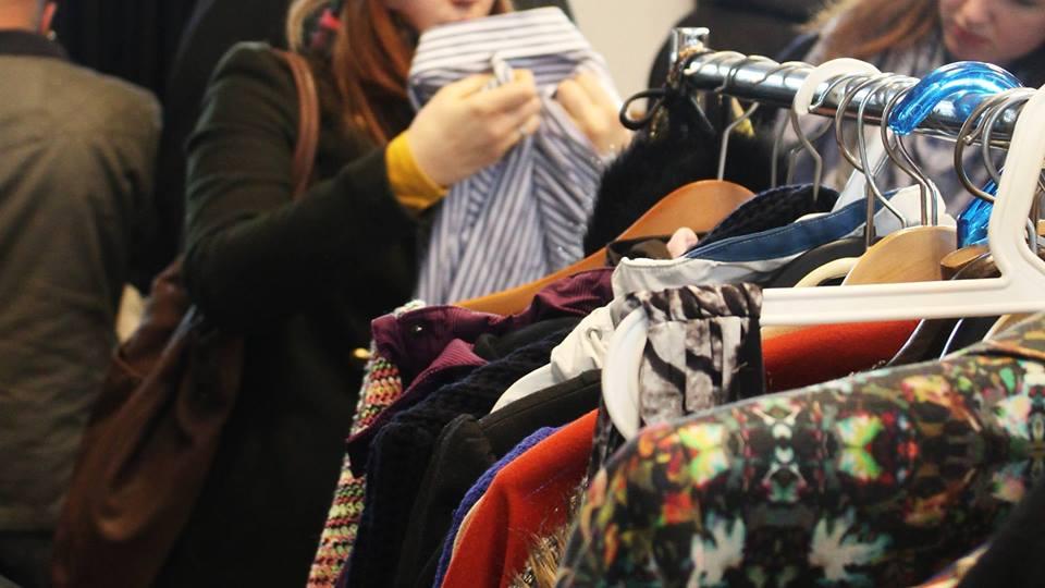 Kleiderschrank voll, aber nichts anzuziehen? Auf zum Kleidertauschmarkt!