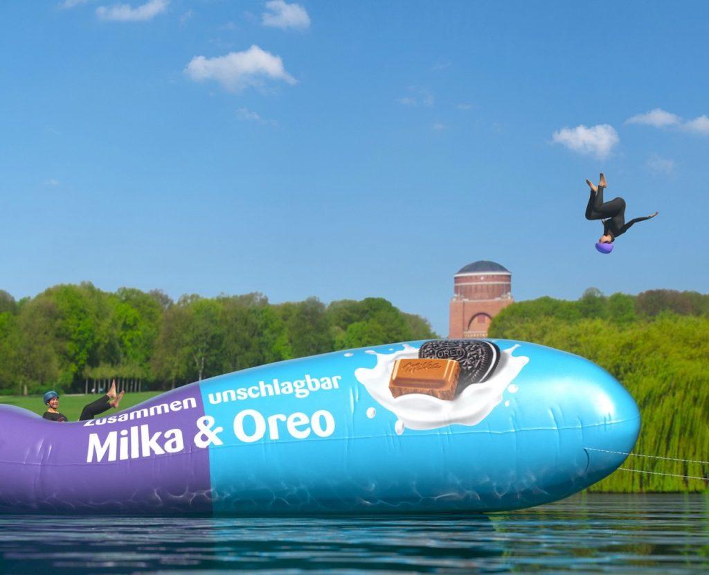 Beim Milka Charity-Blobbing-Event springen Promis für den guten Zweck ins kühle Nass.