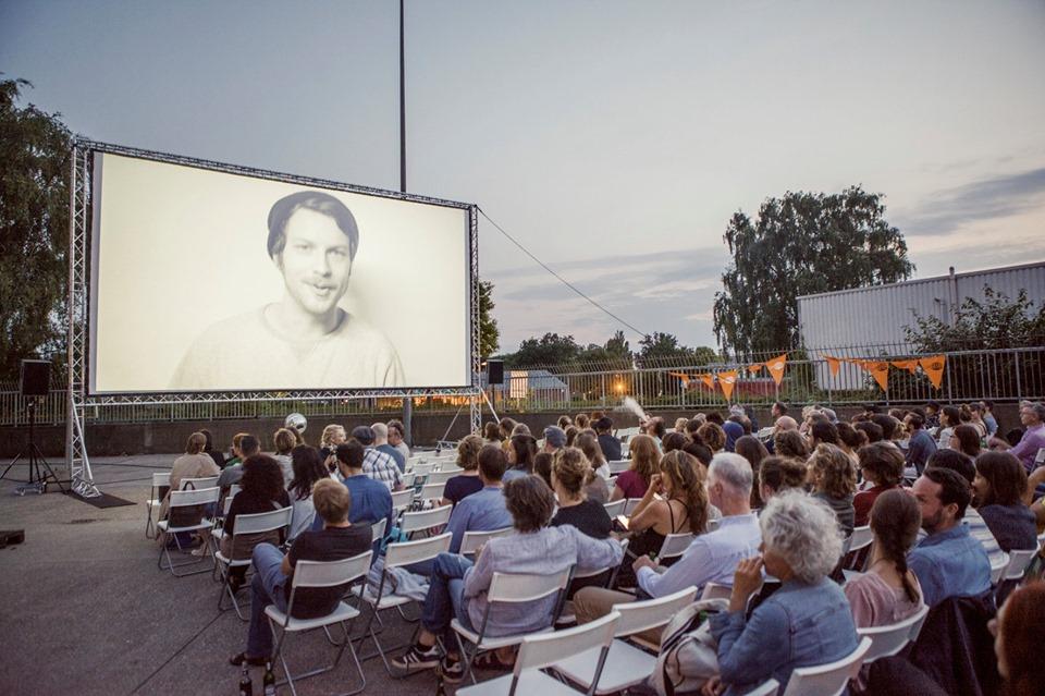 Kino wie früher: Das Kurzfilm Festival spielt einen Film vom Projektor.