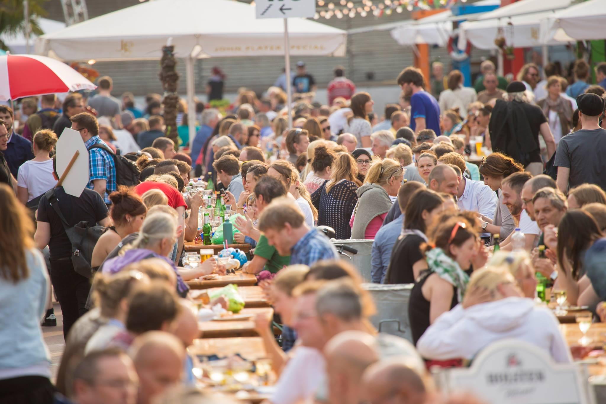 Der St. Pauli Nachtmarkt ruft alle Genießer an die lange Tafel!