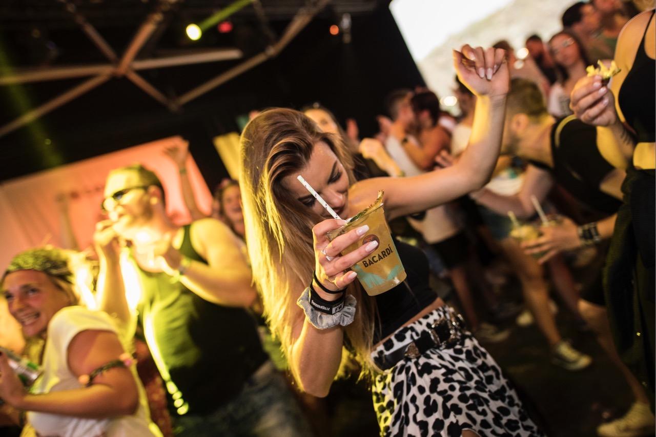VERLOSUNG! 🎉 Mit Bacardi aufs MS Dockville: 3×2 Festival-Tickets zu gewinnen.