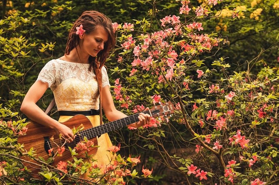 Songs & Whispers: Ronja Maltzahn singt im kukuun.