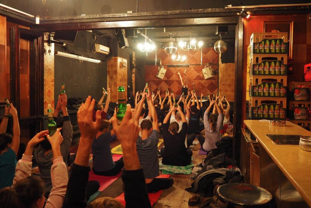 Yoga ist zu mainstream? Dann solltest du Bier-Yoga ausprobieren!