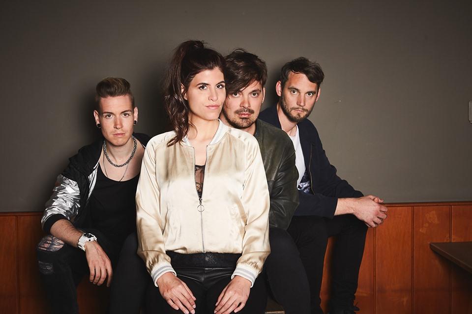 Die Hamburgerin Kate Louisa & ihre Band spielen alte und neue Songs.