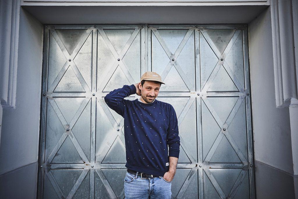 """DREBE singt sein Leben auf seiner neuen Platte """"Der Mond ist ausgefallen""""."""