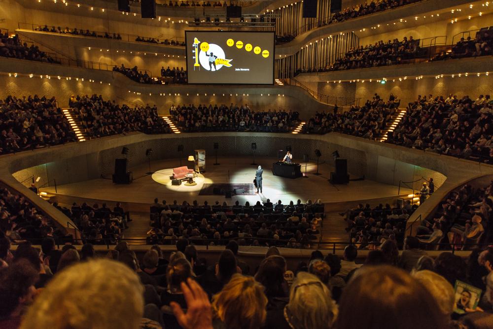 Türchen 10 🎁 Gewinne 2×2 Tickets für den Best of Poetry Slam in der Elbphilharmonie.