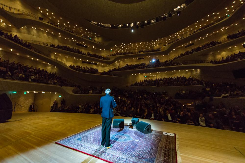VERLOSUNG 🎉 Wir verlosen 3×2 Tickets für Best of Poetry Slam in der Elbphilharmonie!