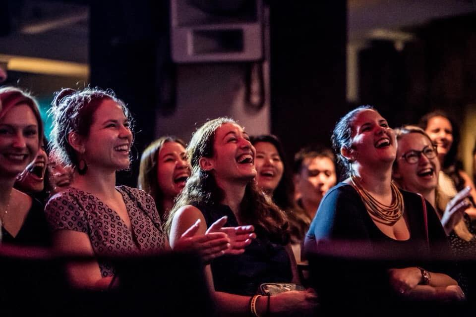 Mit International Comedy gibt es auch Zuhause was zu Lachen!