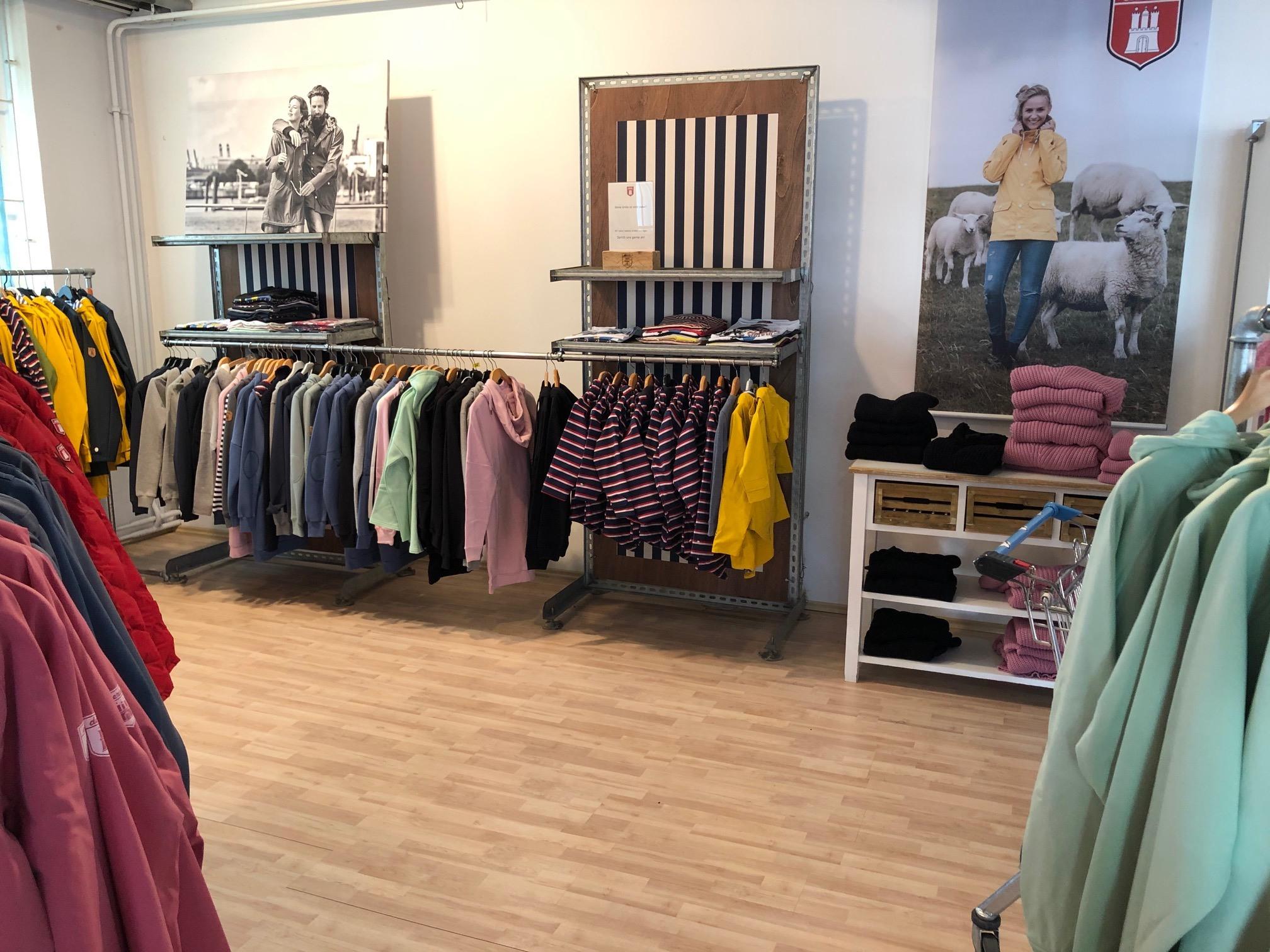 Coole Kleidung für einen schmalen Taler gibts im Derbe Showroom!