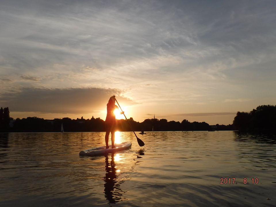 Bei den Vollmond SUP Kanu Touren erlebst du Hamburg vom Wasser.