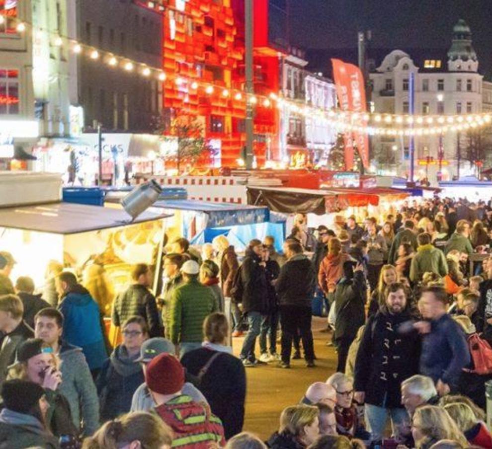 Beim St. Pauli Nachtmarkt kannst du dir ordentlich den Bauch vollschlagen!