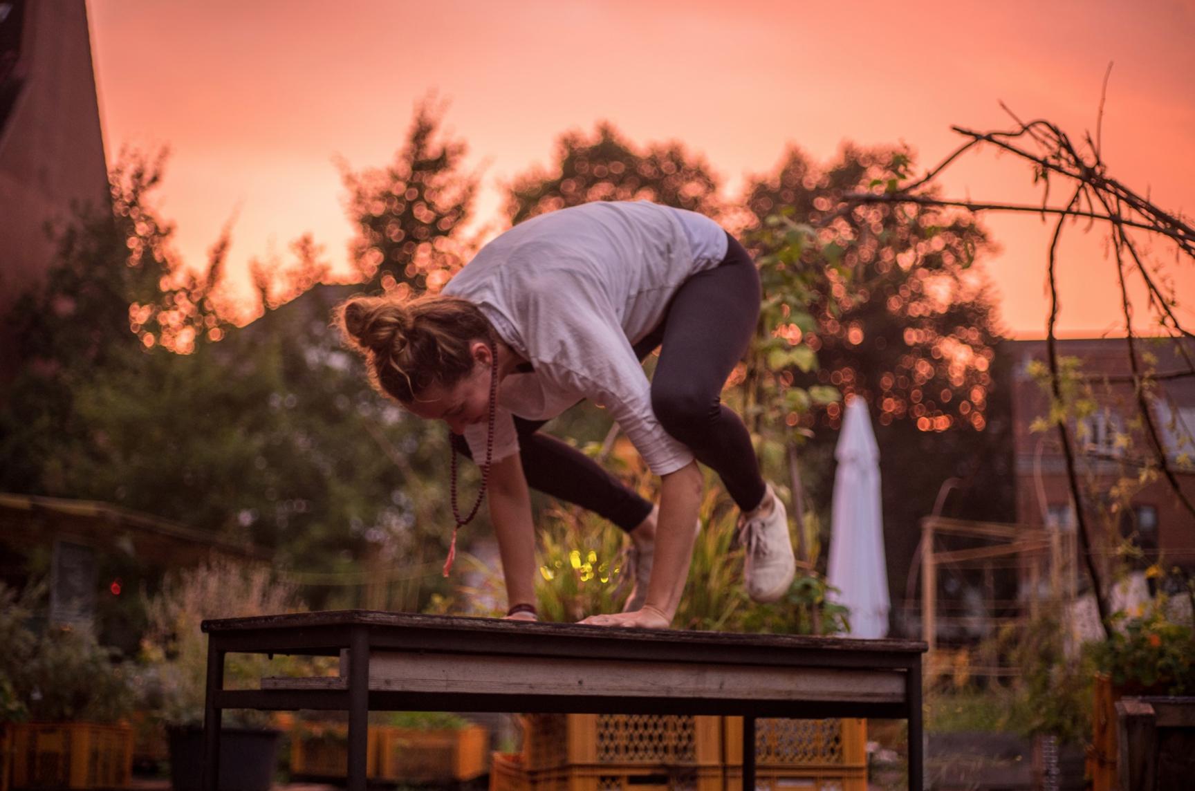 Jeden Dienstag im September kannst du auf Pauli im Gartendeck Yoga machen.