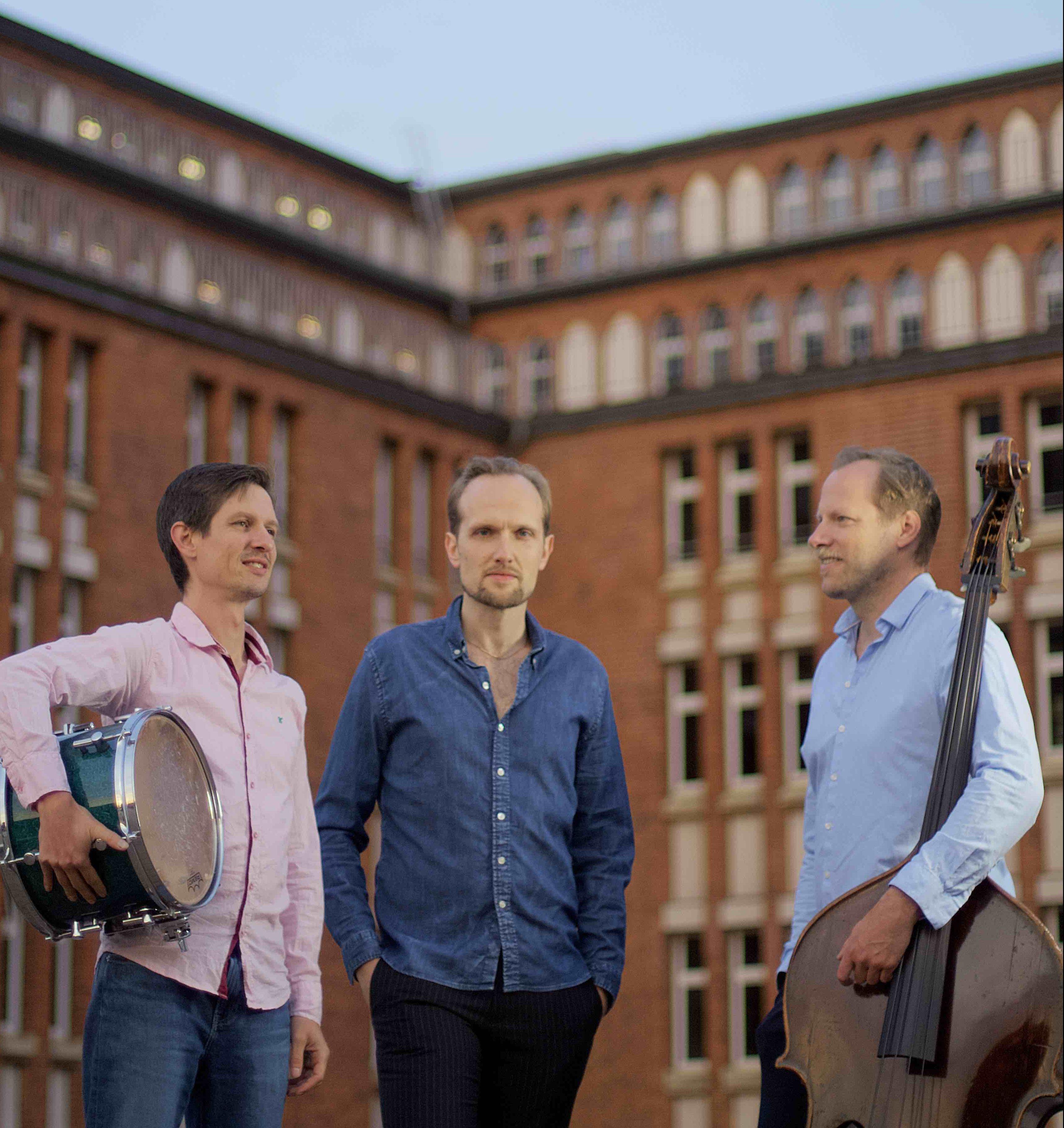 Lausche virtuosen Jazzklängen beim Tomasz Kowalczyk Trio feat. Markus Stockhausen.