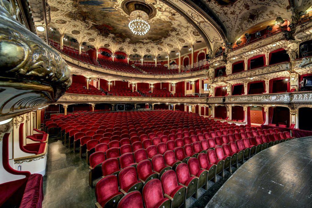 Klicke dich durch das wunderschöne deutsche Schauspielhaus.