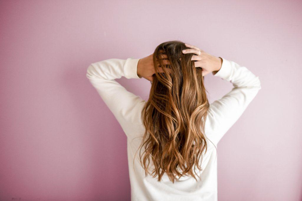 Ran an die Lockdown-Frisur: So schneidest du dir deine Haare selbst.