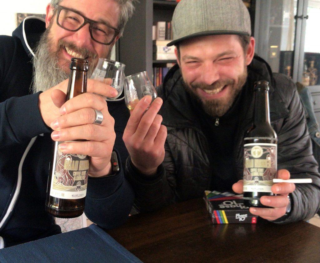 Mareike Hasenbeck trinkt mit den Jungs von der Kehrwieder Brauerei ein Bierchen.
