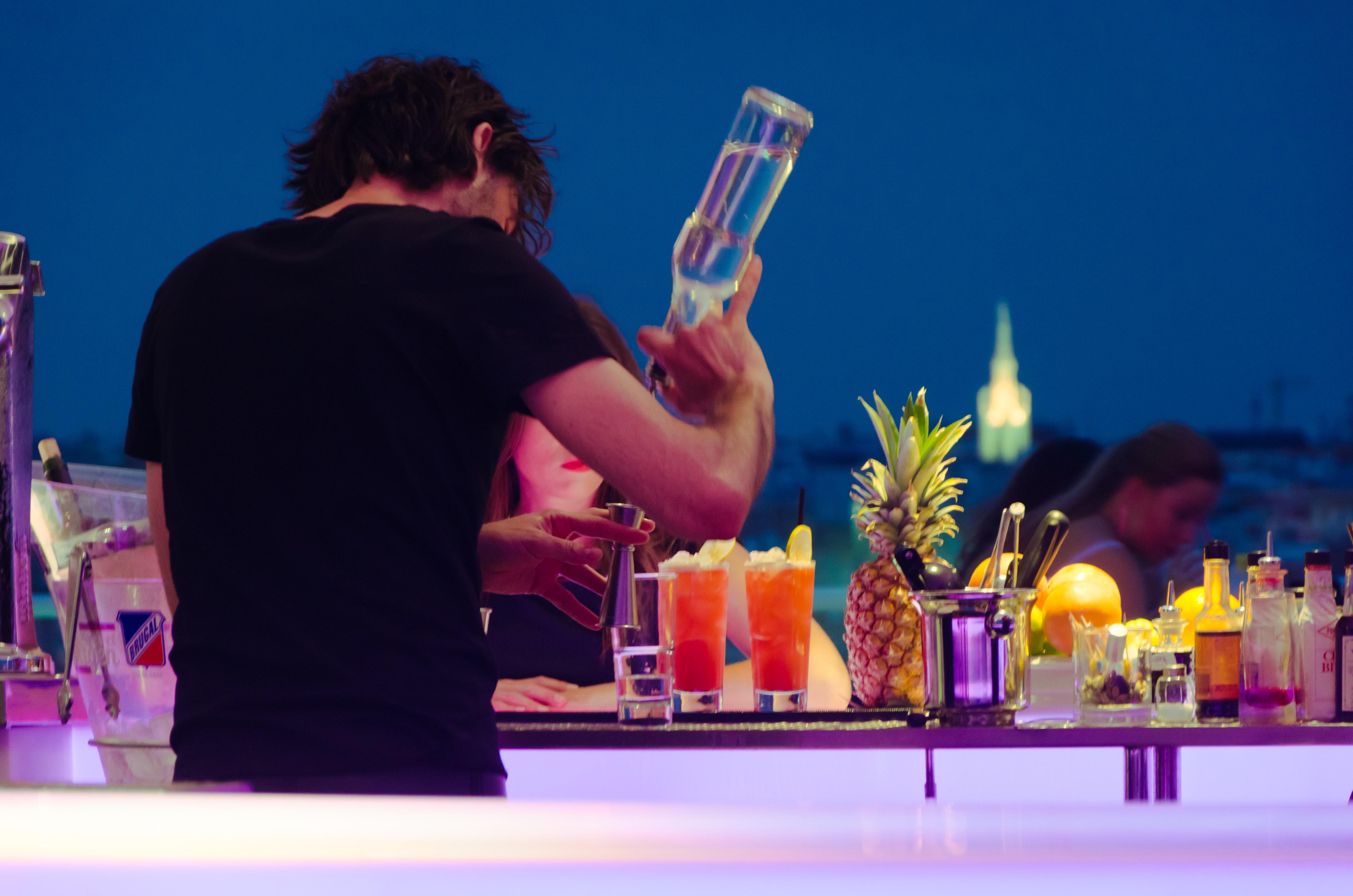 Drinks am Dienstag: Der Singapore Sling im Le Lion Style ist dein Schlückchen Urlaub.