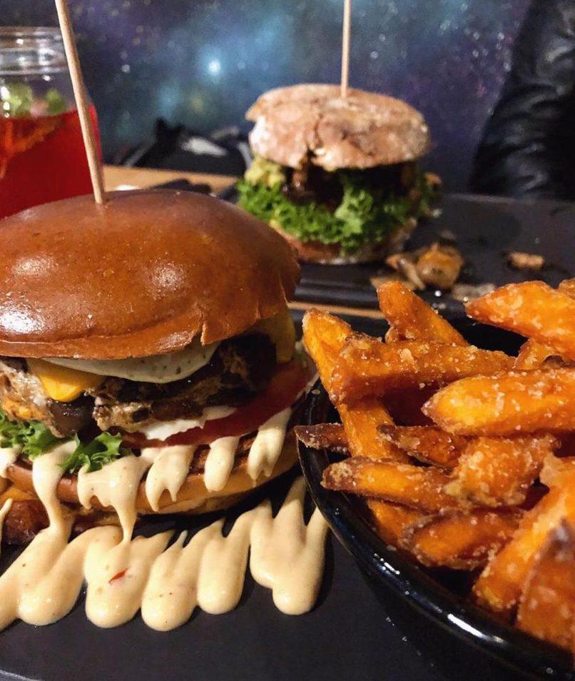 """🎉 Wir verlosen 2 x 2 Gutscheine für ein leckeres Menü bei """"Dulf's Burger""""!"""