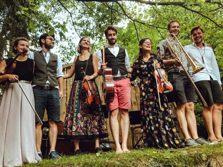 Die Band YXALAG feiert den Tanz in den Mai in deinem Wohnzimmer.