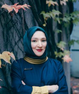 """Kübra Gümüşay liest aus ihrem Roman """"Sprache und Sein""""."""