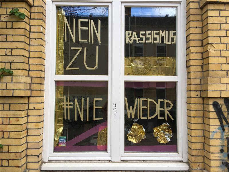 Das Haus Drei feiert den Tag der Befreiung mit einer Fenster-Demo.