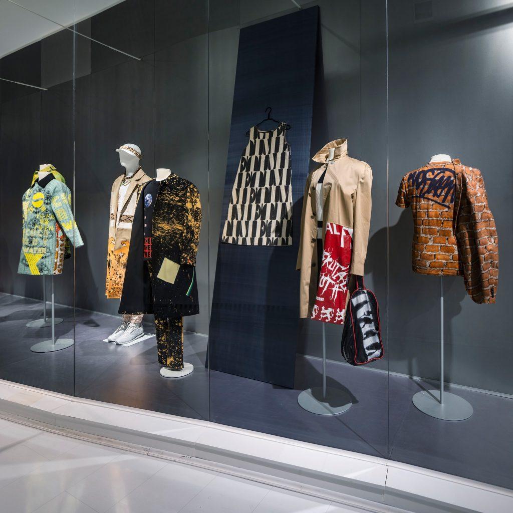 """Entdecke die Ausstellung """"Die Sprache der Mode"""" bei einer digitalen Führung."""