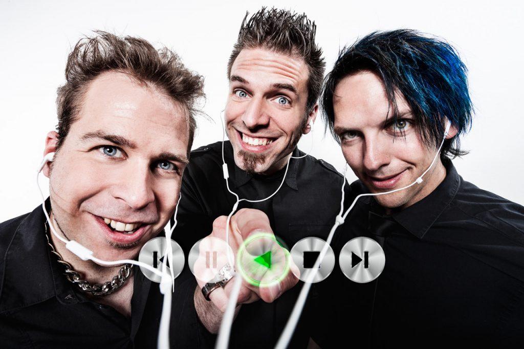 TRiPOD bringen mit Drums, Bass und Gitarren-Rock'n Roll in die Schanze.