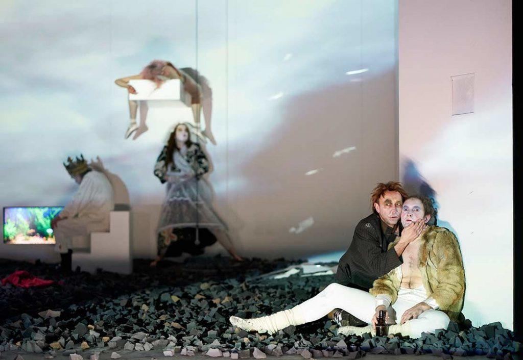 Taucht ein in die Liebesgeschichte von Leonce und Lena im Ernst Deutsch Theater.