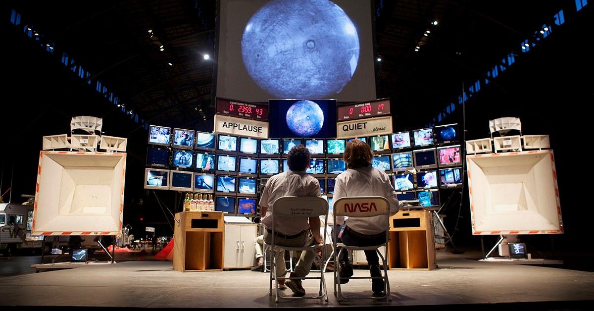 In den Deichtorhallen gehts für zwölf Stunden ins Weltall.